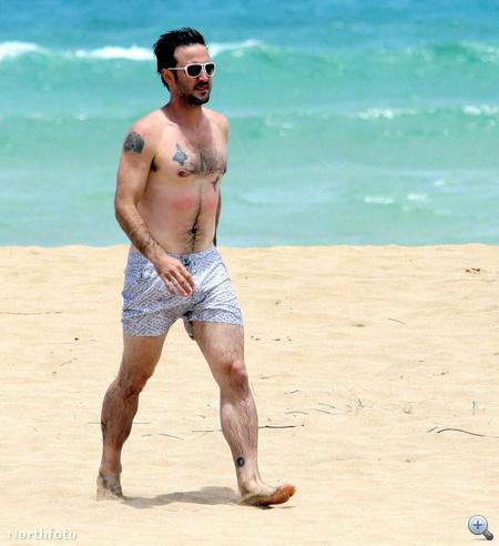 David Arquette strandon mellkasszőrt és tetoválásokat villant