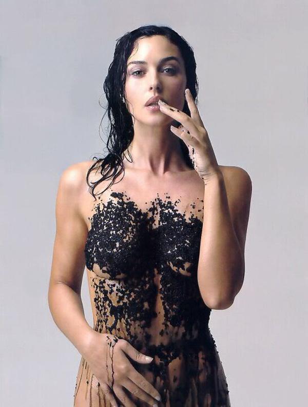 Monica Bellucci szépségét kaviárral támogatja