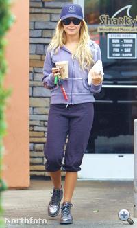 Megint Ashley Tisdale, sapka-napszemüveg kombóban, plusz kávéval