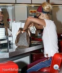 Paris Hilton egy LV-táskában kotorászik