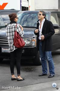 Jessica Alba (balról) rossz helyre parkolta városi terepjáróját