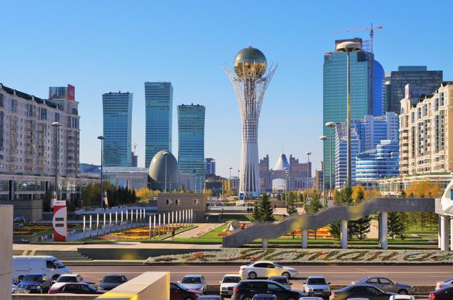 Asztanai Bajterek-emlékmű, ahol a komoly személyi kultusszal övezett Nazarbajev elnök aranyba öntött kézlenyomatát is kiállították