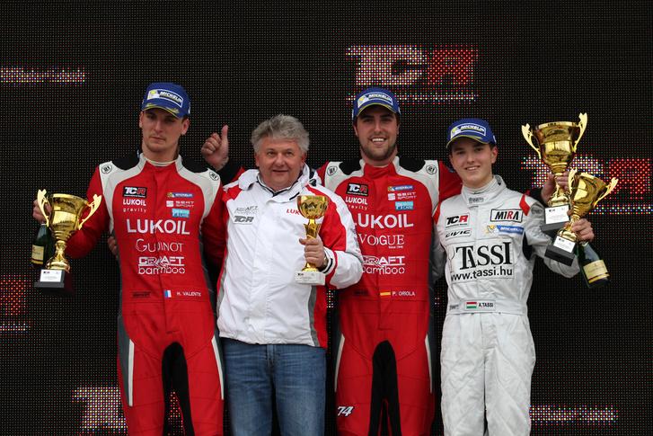 A második futam győztese, Pepe Oriola (jobbról a második) a M1RA-pilóta Tassi Attila mellett a dobogón