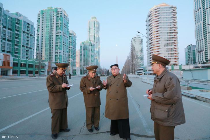 Kim Dzsongun megtekint egy építkezést Phenjanban