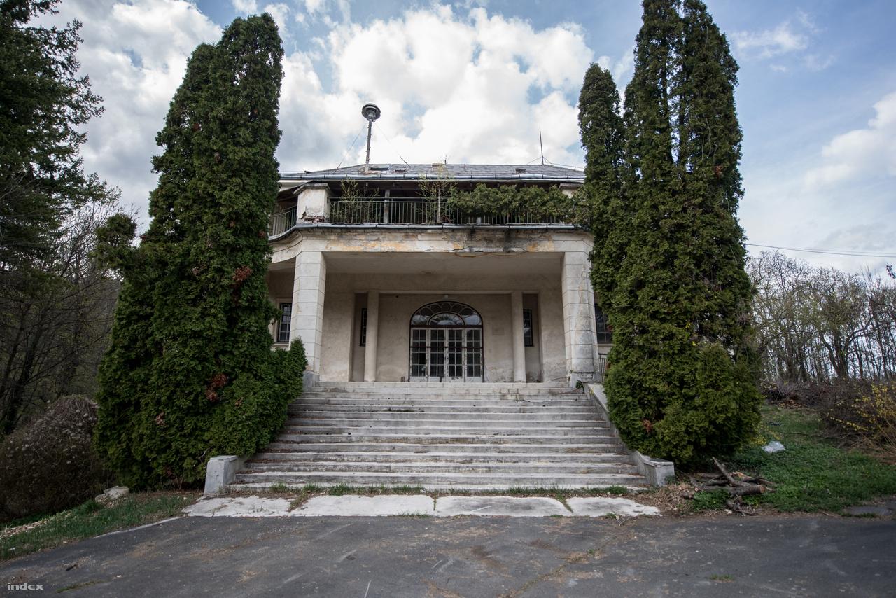 Eredetileg a Fácános fogadóépületének készült, aztán a negyvenes években egy hatalmas neoklasszicista villaépületté alakították át. Ez lett a Horthy-család pihenőhelye.