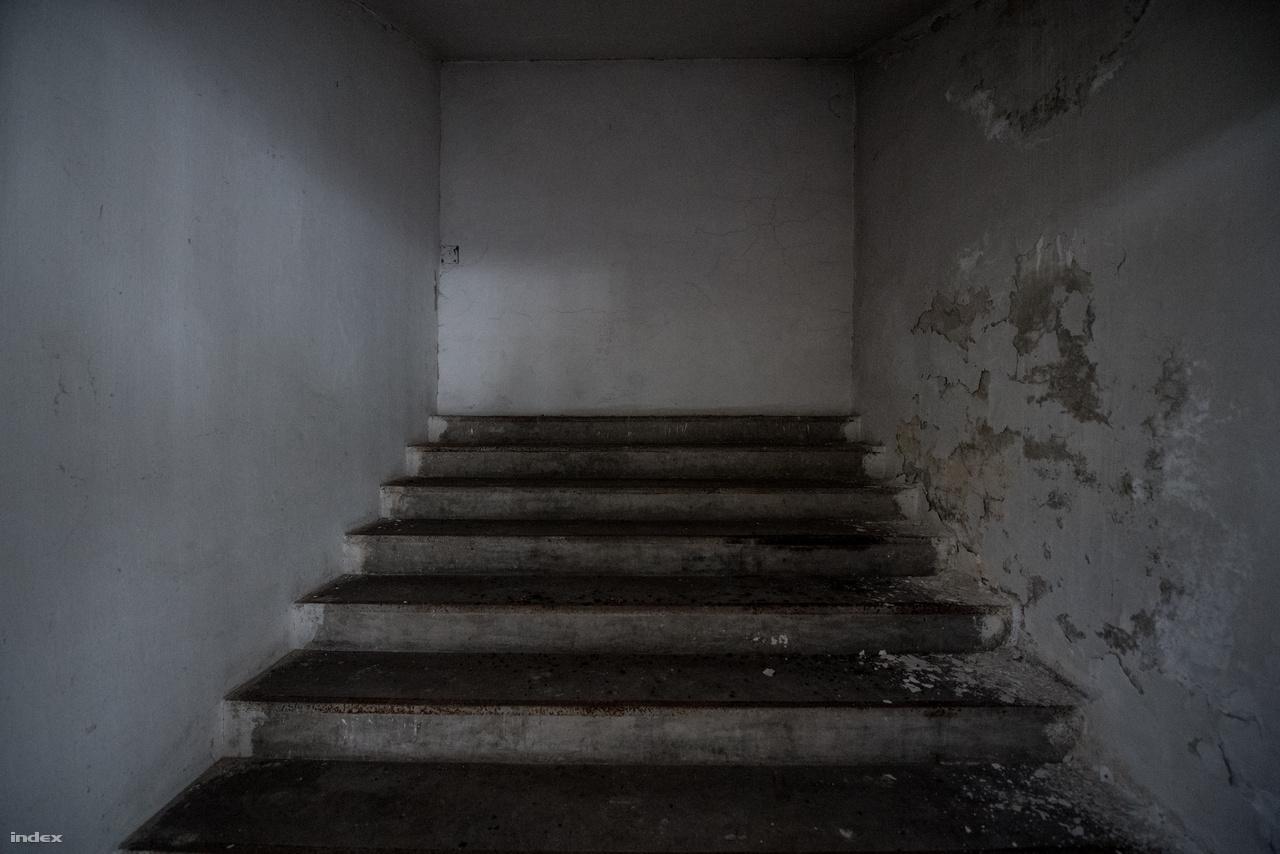 Na jó azért a háború utáni évtizedek nem múltak el itt sem nyomtalanul. A képen látható lépcső gyönyörű szimbóluma a szocializmus alatti toldásoknak, foldásoknak, borzalmasabbnál borzalmasabb leválasztásoknak.