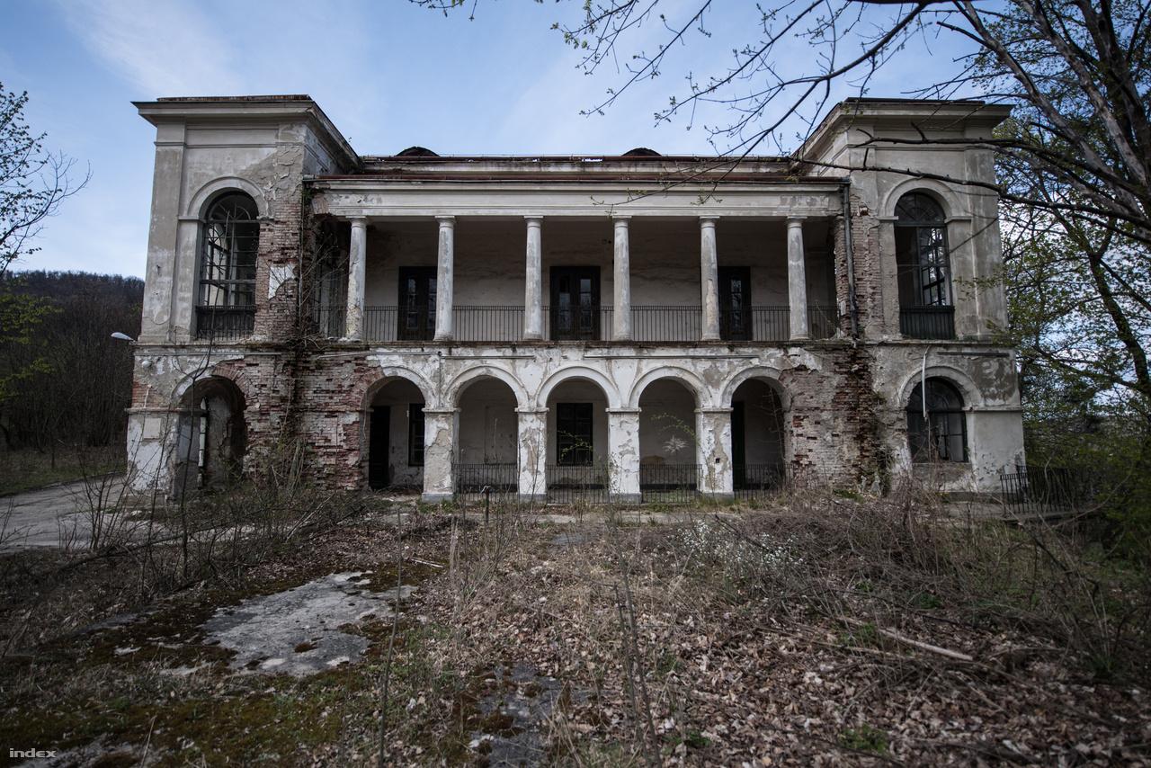 A Fácános egy darabig szanatóriumként működött, majd a Horthy-család nyaralója lett. 1950-ben államosították, és a Belügyminisztérium Kiképzőközpontját költöztették ide. Ennek a korszaknak a nyomai máig ott vannak a házon, elég csak a kívül vezetett kábeleket vagy a teljesen hasraütésszerűen felrakott lámpákat nézni.