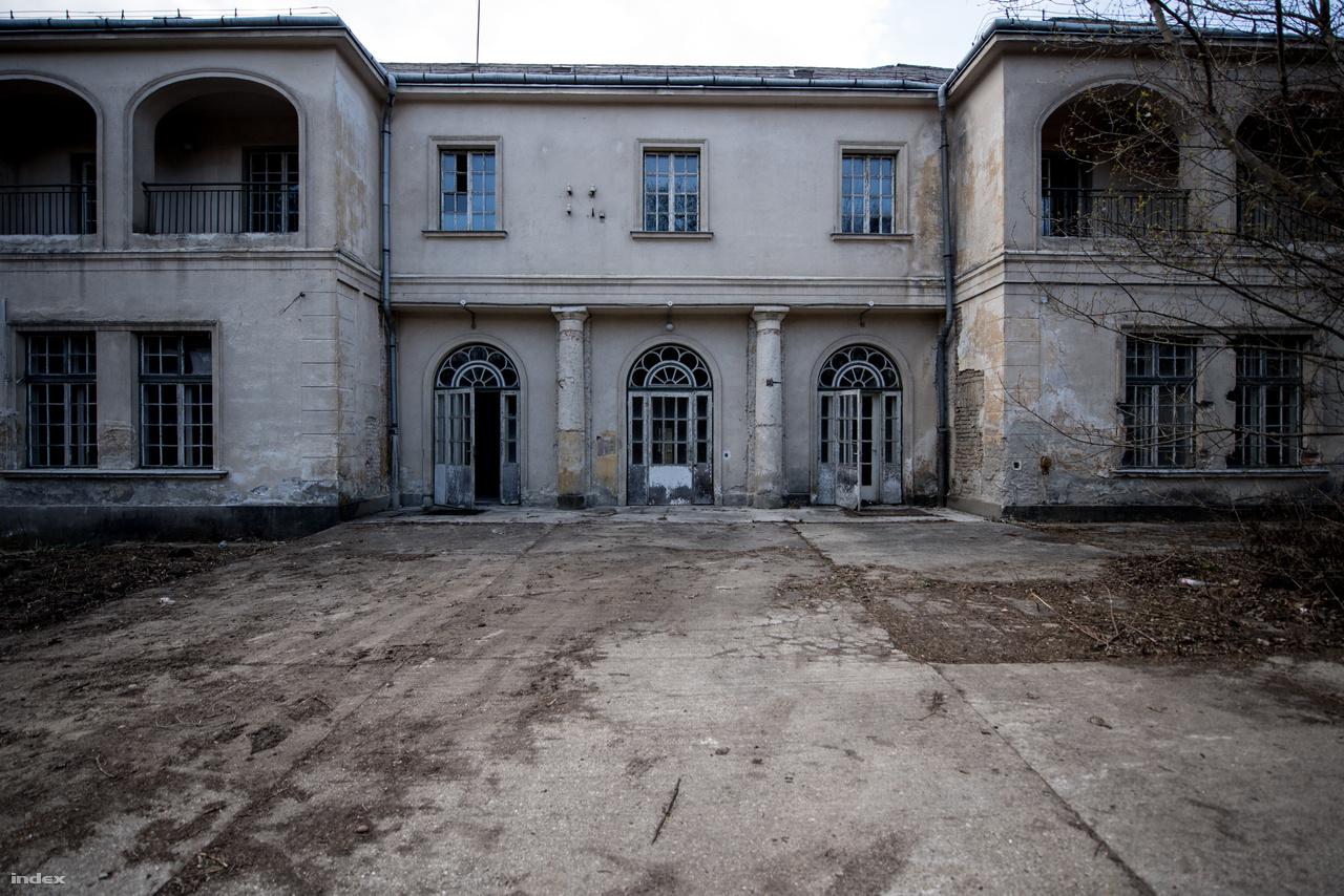 Ez a ház jóval szerencsésebben úszta meg a szocializmus éveit, mára sem került életveszélyes állapotba. Belső terei tulajdonképpen ma is használhatók. Igaz sokkal fiatalabb és építészetileg is kevésbé izgalmas, mint a Fácános.