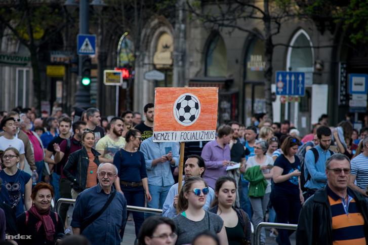 Résztvevők a CEU-ért szervezett demonstráción, április 2-án.