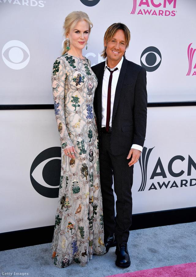 Állatokkal és növényekkel díszített Alexander McQueen ruhában kísérte el country énekes férjét Nicole Kidman az ACM-gálára.