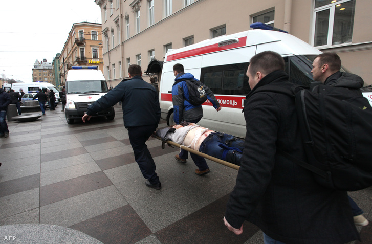 Sebesült férfit hoznak ki a metróból a Tyehnologicseszkij Insztyitut megállónál