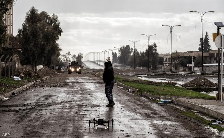 Az iraki hadsereg két gránáttal felszerelt drónt készül elindítani. Az ISIS is hasonló drónokat vet be Irak második legnagyobb városában.