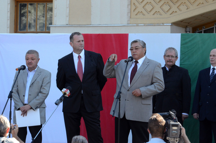 Rasid Turanovics Ibrajev kazah nagykövet és Horváth László tiszteletbeli kazah konzul a Kunok II. Világtalálkozóján Karcagon, 2012. szeptember 8-án. Mögöttük áll Fazekas Sándor.