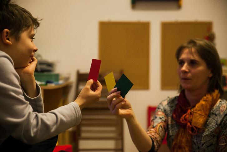A piros kártya a kérdéssel kapcsolatos rossz érzést jelenti, a sárga a semlegest, a zöld pedig a jót.