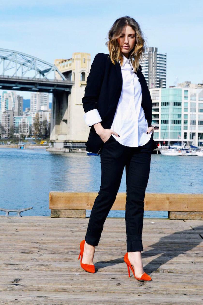 Fekete nadrággal egyszerű és elegáns, de hogy különlegesebb legyen, dobd fel egy színes tűsarkúval.