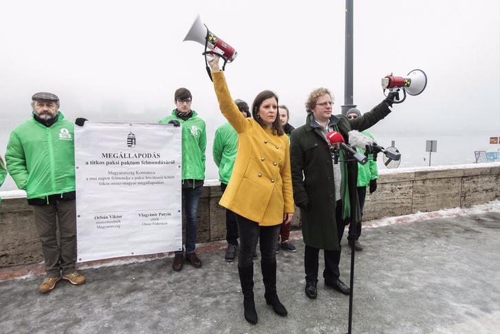 LMP-s képviselők tiltakoznak a Paks2-projekt ellen Putyin magyarországi látogatása idején.