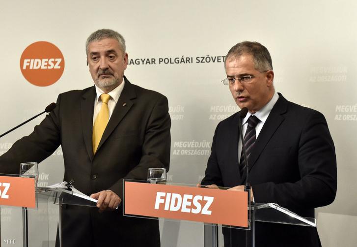 Kósa Lajos a Fidesz frakcióvezetõje és Halász János a frakció szóvivõje sajtótájékoztatót tart
