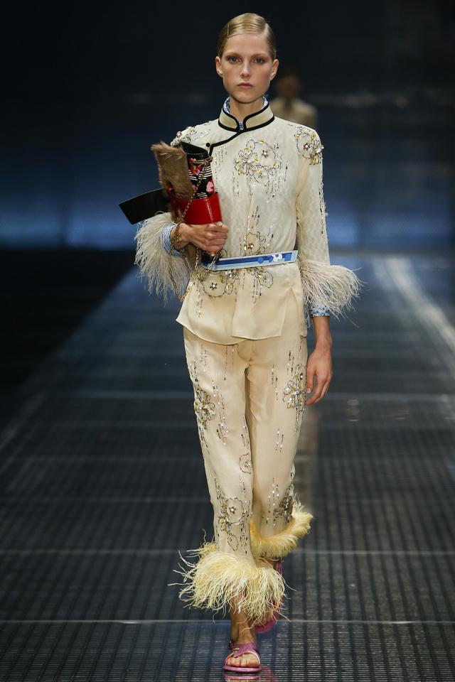 Pizsamára emlékeztető ázsiai hatású szett tollakkal a Prada kifutóján.