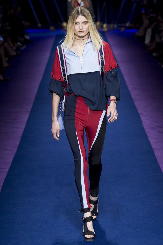 Sportos leggings a Versace londoni kifutóján.