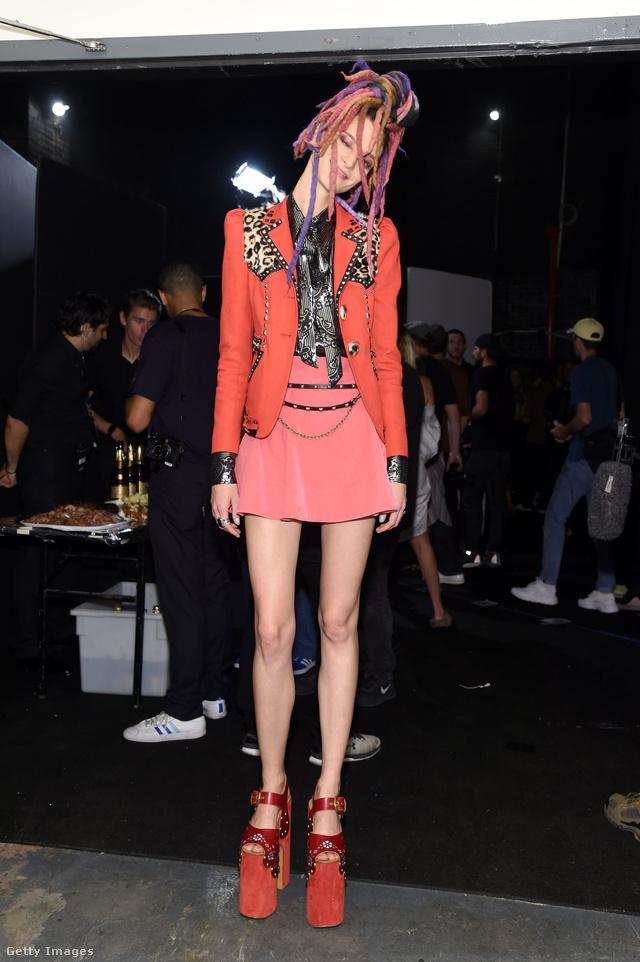Miniszoknya és platform szandál Marc Jacobs New York-i kifutóján.