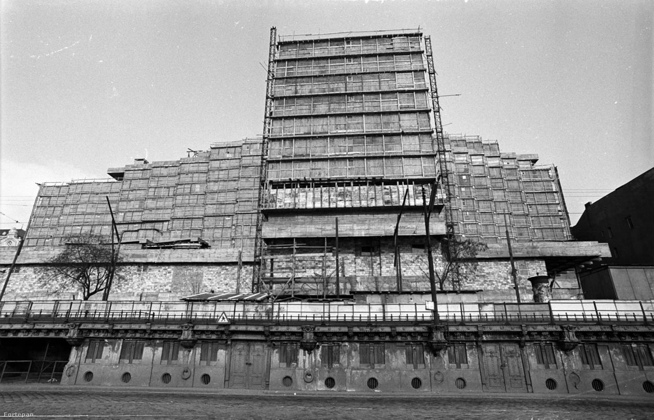 A pesti alsó rakpart és az épülő Hotel Duna Intercontinental, 1969                          A Finta József tervei szerint készült, 360 szobás szálloda 1969 utolsó napjának délutánján nyílt meg. Bár az Intercontinentallal megindult a szállodasor újjáépítése, a Dunakorzó soha nem talált háború előtti önmagára.