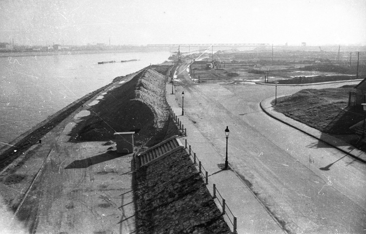 Lágymányosi rakpart a Petőfi hídról nézve, háttérben a Déli összekötő vasúti híd. 1960                         Íme a rakpart és a mai Egyetemváros helye, mielőtt a tudomány betette ide a lábát. A Lágymányosi tónak nevezett, gáttal elzárt Duna-meder a Műegyetem mögött kezdődött, és egészen Déli összekötő vasúti hídig húzódott. Feltöltése csak a második világháború után fejeződött be, addig Budapest kültelkének számított.