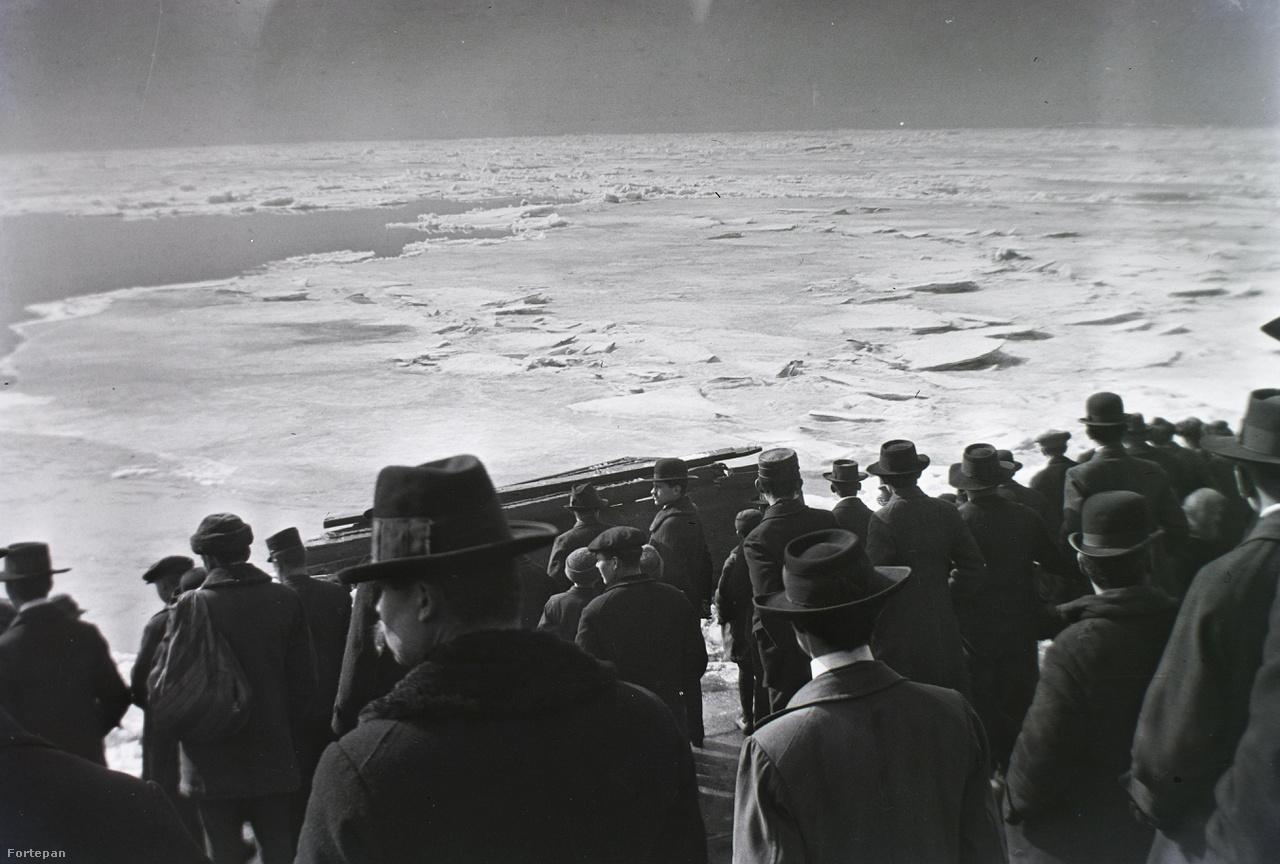 Jégzajlás a Dunán a Ferenc József (ma Belgrád) rakparton, 1914                         Ritkaság, hogy a Dunát hosszú kilométereken át vastag jégréteg borítsa, ráadásul heteken át. Az amatőrfotós biztosítótársasági titkár képe szerint a sűrű ködben úszó óriási jégtáblák látványa megállásra késztetett minden rendű és rangú fővárosi férfit. Kihagyhatatlan lehetőség a tízes évek kalap- és télikabát-viseletének kor és társadalmi viszonyok szerinti tanulmányozására!