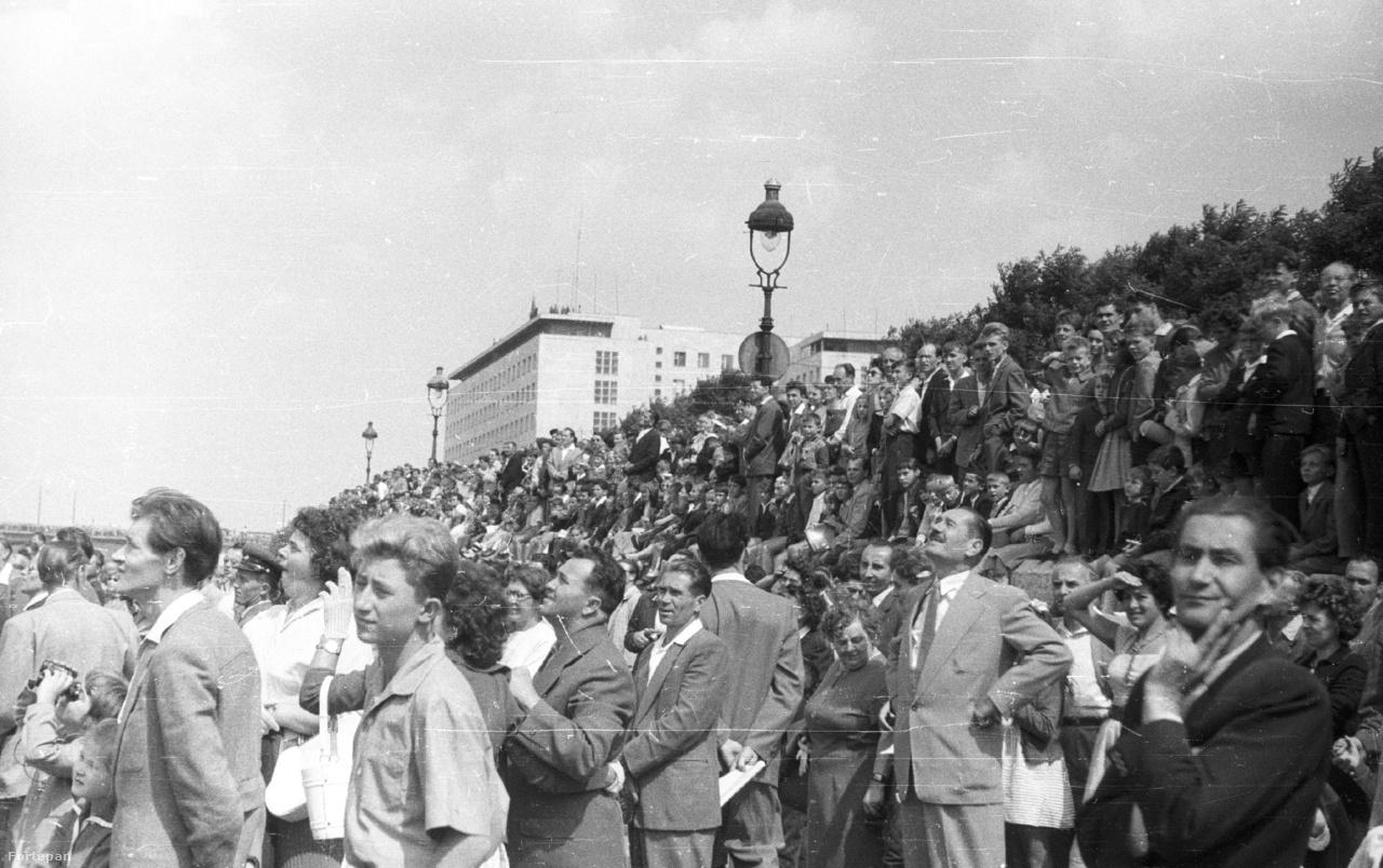 Az augusztus 20-i vízi- és légi parádé nézői a pesti alsó rakpart Margit híd és Parlament közötti szakaszán, 1959                          1949 óta augusztus 20. a Magyar Népköztársaság új alkotmányának ünnepe volt (Szent István vagy az államalapítás helyett). Az ekkor rendezett honvédelmi sportnapok tömegeket vonzottak a Dunapartra.