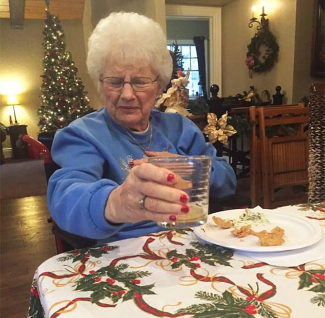 A nagymama eddig a pillanatig nem kóstolt sört… de úgy látjuk, ezután sem fog többet inni belőle.