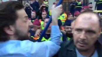 Furcsa kidobók zavarogtak a CEU-tüntetésen, állítólag rendőrök