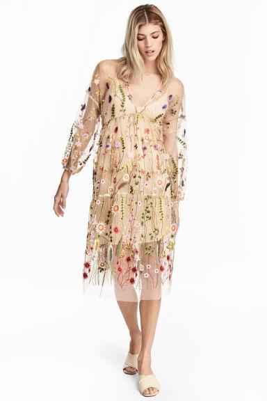 Az angol H&M-ben 69.99 font, körülbelül 25.200 forint a virágos midiruha, nálunk a Váci utcai üzletben 19.990 forintért kapható.