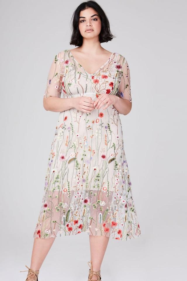 Plus size méretben 75 fontért, kb.27 ezer forintért van virágos ruha az Elvinél.