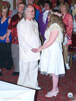 A 2009-ben megrendezett esküvő. Itt a vőlegény is fehérben volt