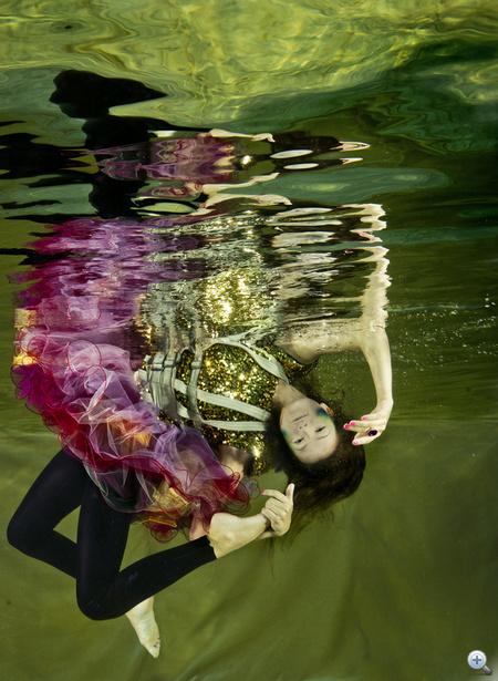 ruhák, kiegészítők: Mójzes Dóra, Max Mara, Manier- Németh Anikó, Pimpkie, Krizo ékszer