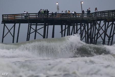 A meggyengült Earl előszele is nagy hullámokat okoz Észak-Karolina partjainál