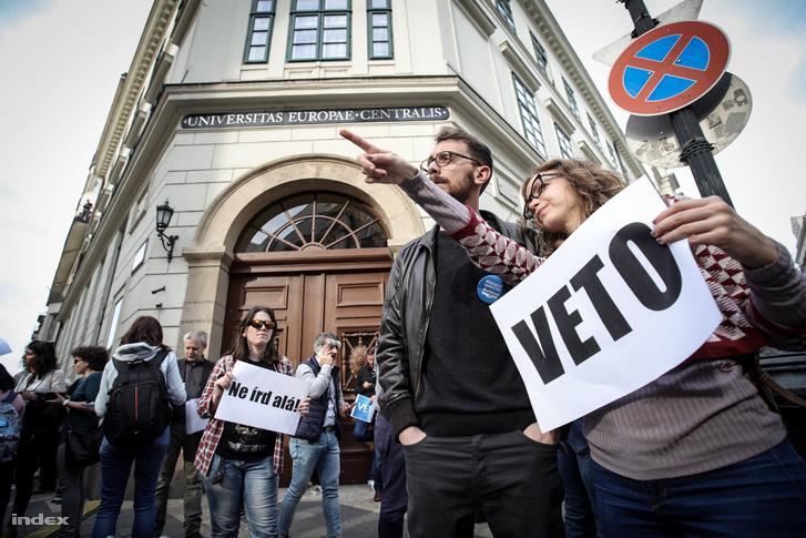 Megtelt a Nádor utca, a tüntetők arra kérik Áder János köztársasági elnököt, hogy ne írja alá a felsőoktatási törvény módosítását.