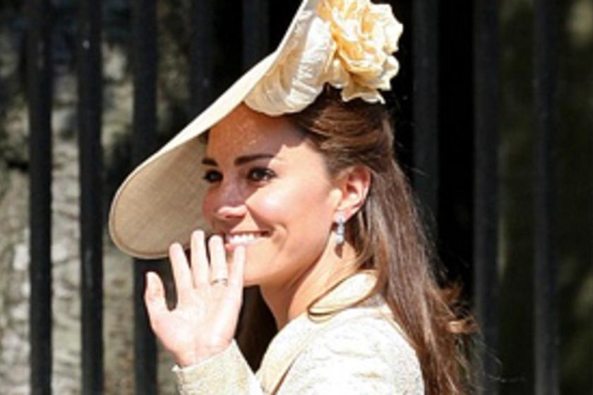 1758b15a30 Nőiesen elegáns! Katalin hercegnő krémszínű kosztümöt viselt az esküvőn