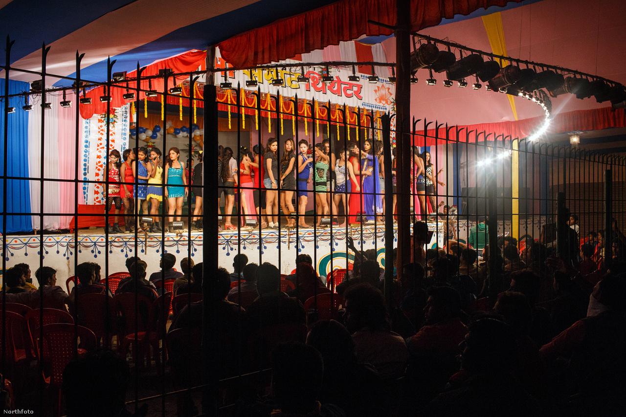Itt kampósabb kerítés segít a kesévbé drága jegyekkel érkezőket mindenképp a helyükön tartani.