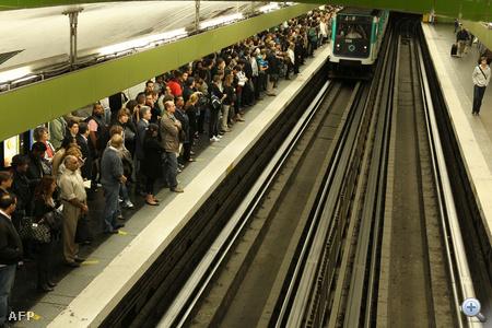 Óriási megmozdulások voltak Franciaországban Nicolas Sarkozy köztársasági elnök tervezett nyugdíjreformja miatt. A szakszervezetek milliókat hívtak az utcára, de tiltakozásul nem járt több metró sem.