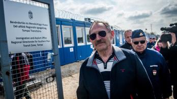 Pintér: Egy rendőrt kirúgtak menekült bántalmazása miatt