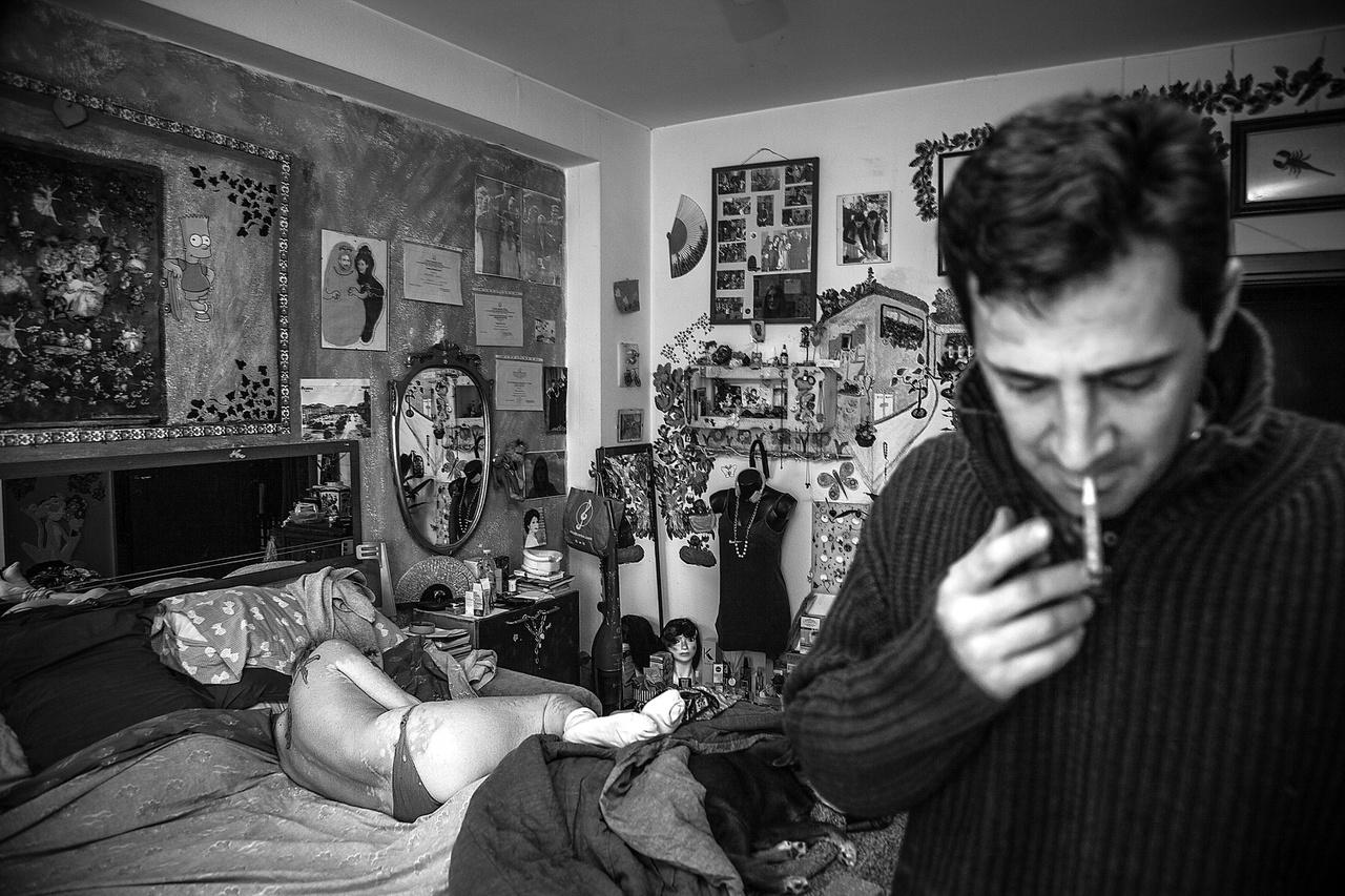 Elena Ferrarese (született 1965-ben) és férje, Francesco Minerva (született 1972-ben), Milánó. A nő korábban olyan önkormányzati lakásokban lakott, amiknek építőanyagában azbeszt volt. Ezeket a milánói házakat fehér házaknak hívták, utalva ezzel az építőanyagban lévő fehér azbesztre. Az ezekben a lakásokban élő emberek java része különféle megbetegedésekben szenved. Az INAIL szerint ezek nincsenek összefüggésben az azbeszttel. Többen pereskednek Milánó városával. A nő súlyos tüdőtágulatban szenved, folyamatosan orvosi vizsgálatokon kell résztvennie, mindezek miatt depresszióval is küzd. Férje segít neki, ahogy tud.