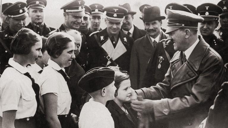 Hitler arcképét szánták gyerekeknek