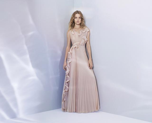 A kampány arca, Natalia Vodianova népszerűsíti a ruhát, mely egyébként 59.990 forintba fog kerülni.