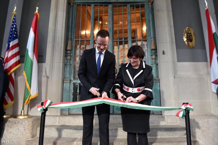 2017. március 21-én, nem sokkal a leváltása előtt avatta fel Szijjártó Péterrel a washingtoni nagykövetség épületét.