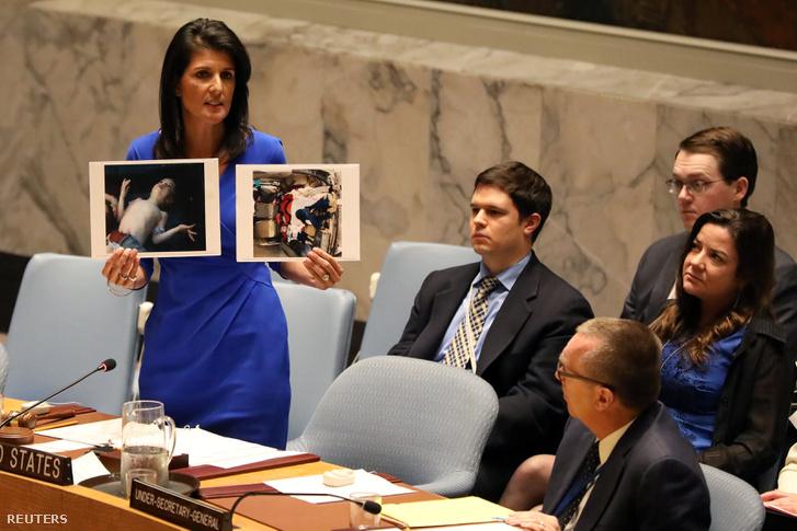Az USA ENSZ-nagykövete, Nikki Haley a szíriai áldozatok fotóival az ENSZ Biztonsági Tanácsában 2017. április 5-én