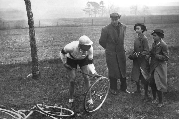 Ma már elképzelhetetlen lenne ez a kép, a versenyzők nem maguk javítják a defektet, egyből cserekereket kapnak. 1934-ben Georges Speicher viszont még megszenvedett