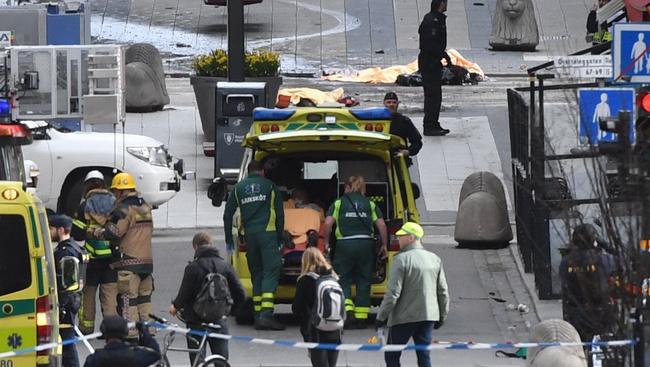 Sétálóutcába hajtott egy furgon Stockholmban, leállt a közlekedés