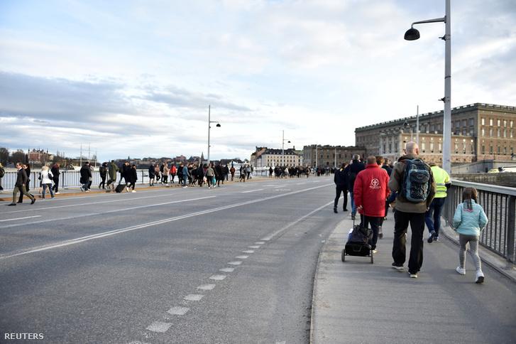 Az emberek gyalog indultak haza a kiürült utcákon.
