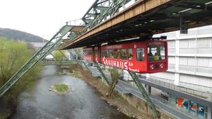 Ez nem vidámpark, egy német városban ez a normál tömegközlekedés