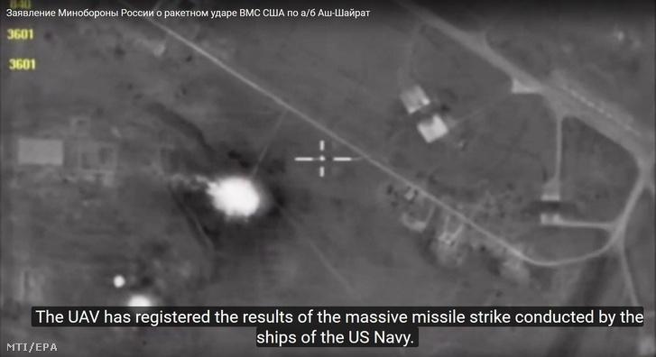 Az orosz védelmi minisztérium által 2017. április 8-án közreadott kép a szíriai Homsz tartományban lévõ sajráti légi támaszpontról az elõzõ nap végrehajtott amerikai légicsapás után. Az amerikai haderõ irányított rakétákkal felfegyverzett rombolókról lõtt ki Tomahawk rakétákat a szíriai támaszpontra megtorlásul a szíriai hadseregnek tulajdonított 86 halálos áldozatot követelõ Hán Sejkún-i feltételezett vegyifegyver-támadásért.